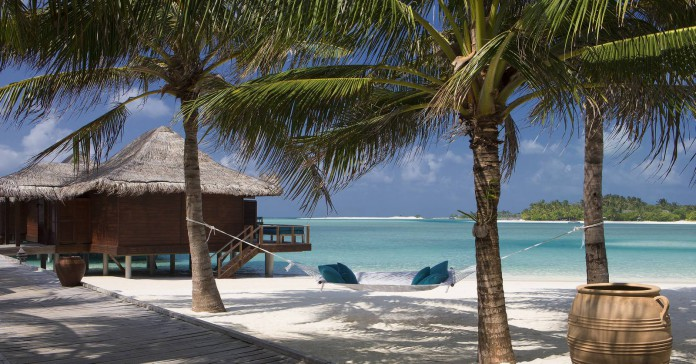 Anantara Veli Maldives Resort_Boardwalk_from_beach_to_Over_Water_Bungalows