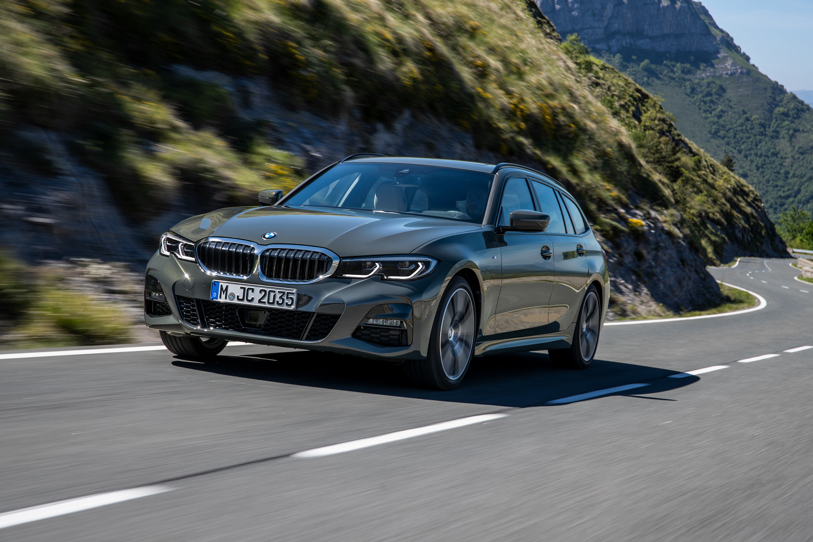 Front View BMW 3 Series Touring G21
